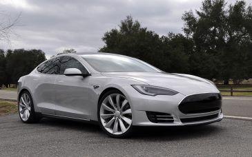 Tesla ontwikkelt battery swap station voor Tesla Model S